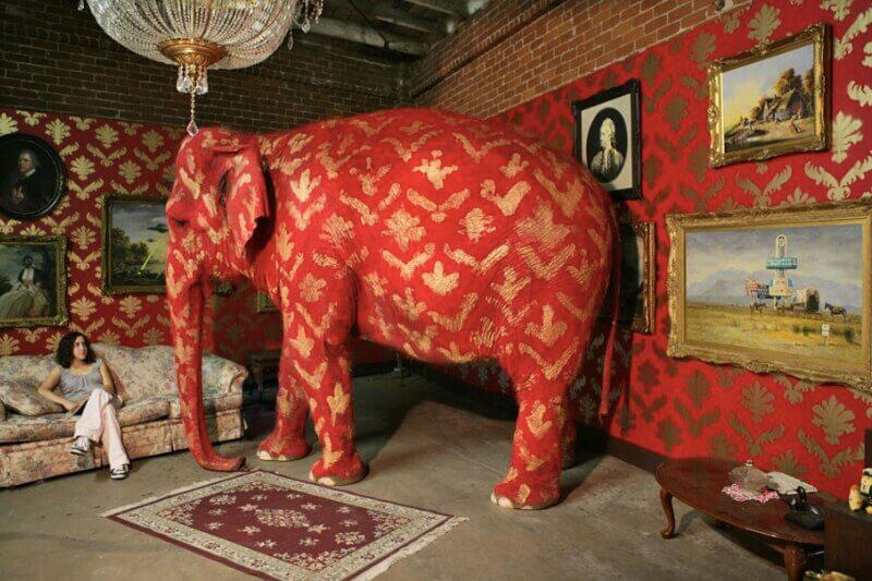 部屋の中に象